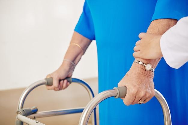 Senior vrouw beweegt met rollator
