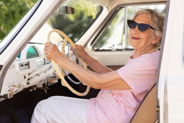 Senior vrouw die alleen reist