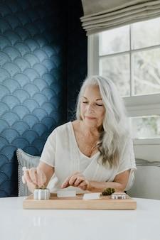 Senior vrouw die een joint rolt