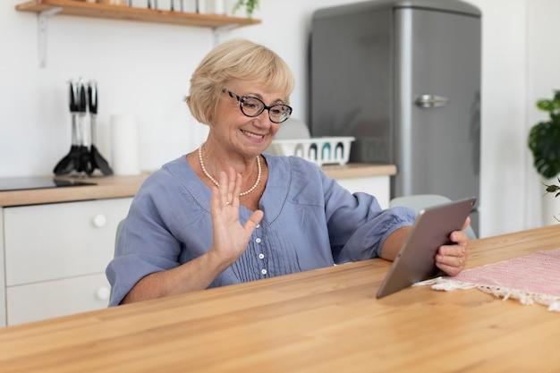 Senior vrouw die een videogesprek voert met haar familie