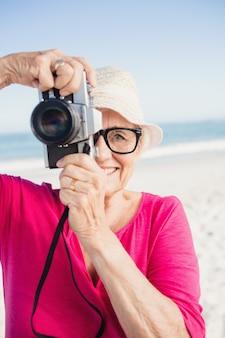 Senior vrouw die foto neemt