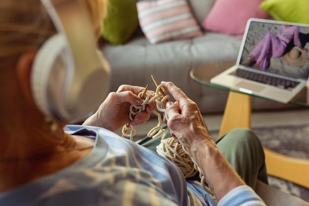 Senior vrouw die thuis studeert en online cursussen krijgt