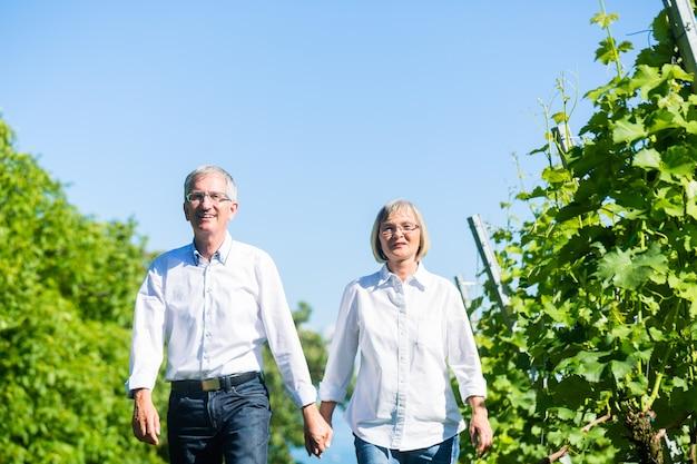 Senior vrouw en man lopen in de zomer