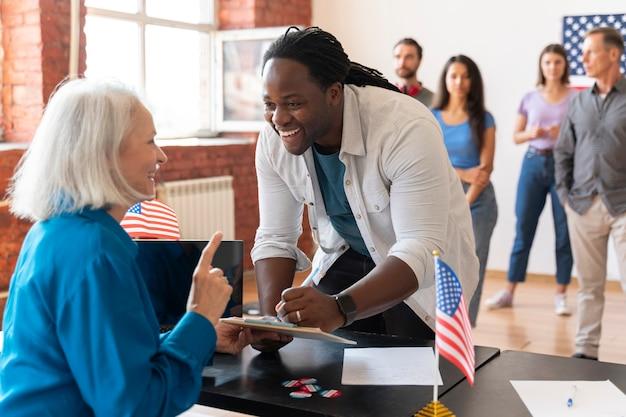 Senior vrouw en man op de dag van de kiezersregistratie