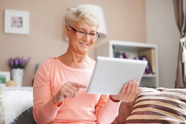 Senior vrouw gebruikt graag moderne technologie