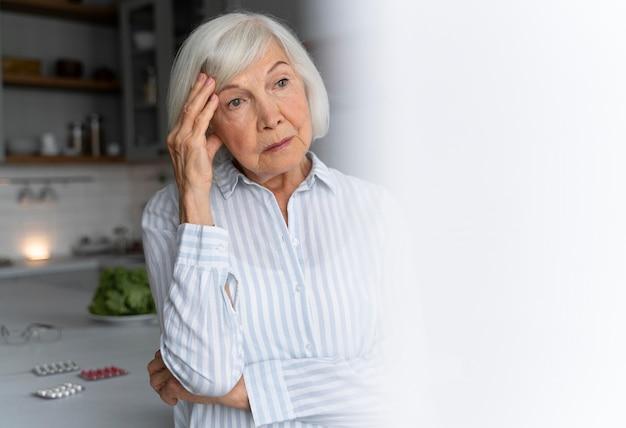 Senior vrouw geconfronteerd met de ziekte van alzheimer