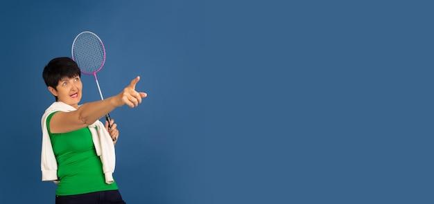 Senior vrouw geïsoleerd op blauw. tech en vrolijk ouderen lifestyle concept