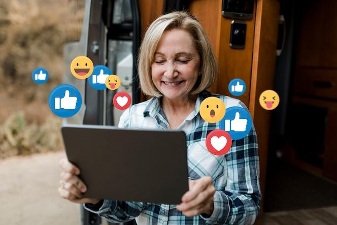Senior vrouw geniet van browsen op sociale media op tablet