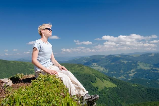 Senior vrouw genieten van prachtig uitzicht in de bergen