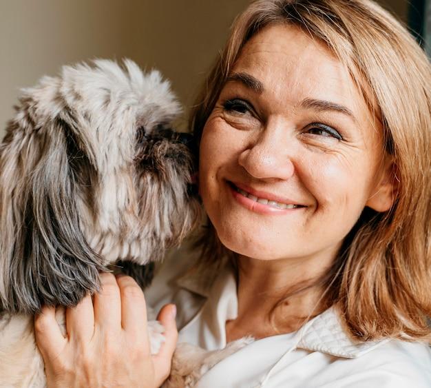 Senior vrouw haar hond aaien