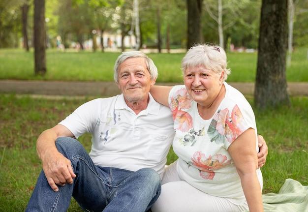 Senior vrouw haar partner knuffelen en samen lachen. hoger paar dat pret heeft en omhelst.