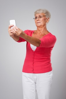 Senior vrouw heeft problemen met het gezichtsvermogen