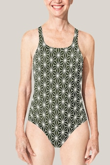 Senior vrouw in groene zwemkleding uit één stuk zomerkleding