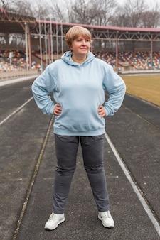 Senior vrouw in het stadion
