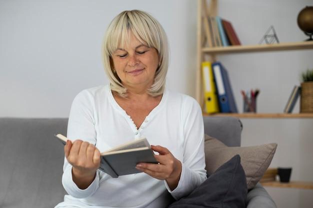 Senior vrouw leest een boek voor haar volgende les