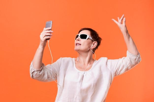 Senior vrouw luisteren muziek