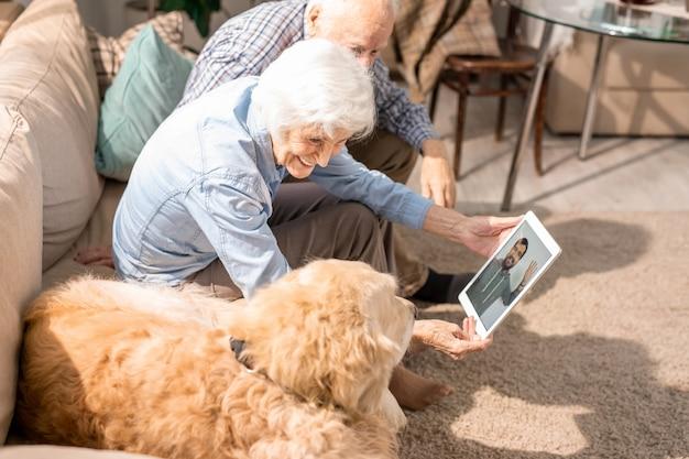 Senior vrouw met behulp van videochat