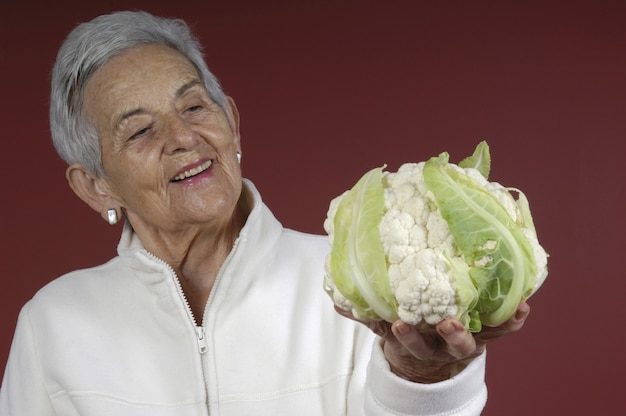 Senior vrouw met bloemkool,