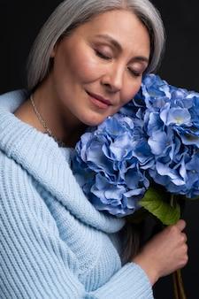 Senior vrouw met boeket bloemen