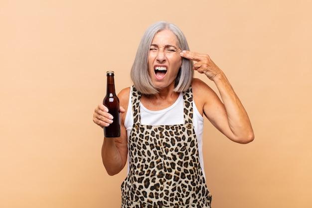 Senior vrouw met een biertje