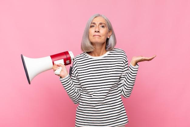 Senior vrouw met een megafoon