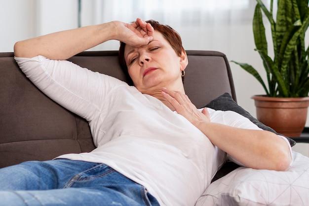 Senior vrouw met medische problemen