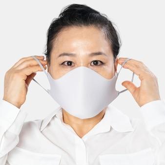 Senior vrouw met wit gezichtsmasker covid-19 campagne met ontwerpruimte