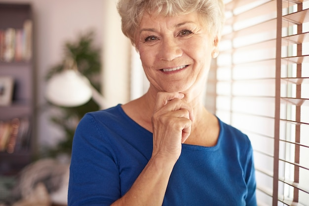 Senior vrouw naast het raam
