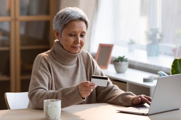 Senior vrouw online winkelen