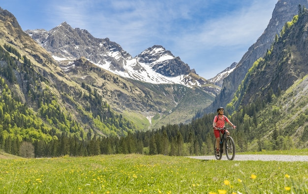 Senior vrouw op elektrische mountainbike