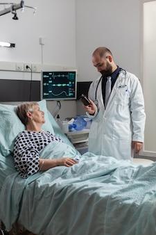 Senior vrouw patiënt ademhaling met hulp van zuurstofslang