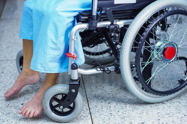 Senior vrouw patiënt op rolstoel in het ziekenhuis