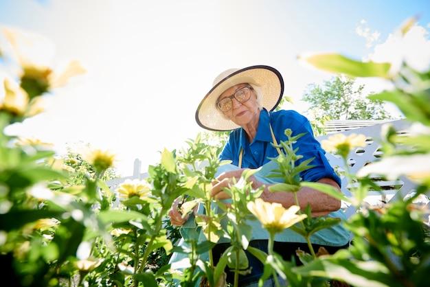 Senior vrouw planten van bloemen