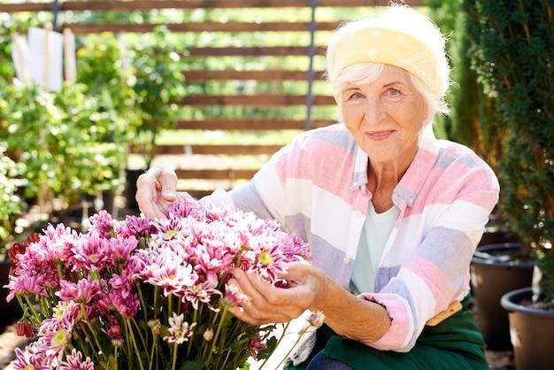 Senior vrouw poseren met boeket