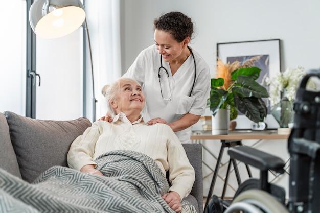 Senior vrouw praten met haar arts