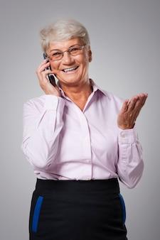 Senior vrouw praten via de mobiele telefoon