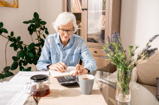 Senior vrouw tellen van financiën