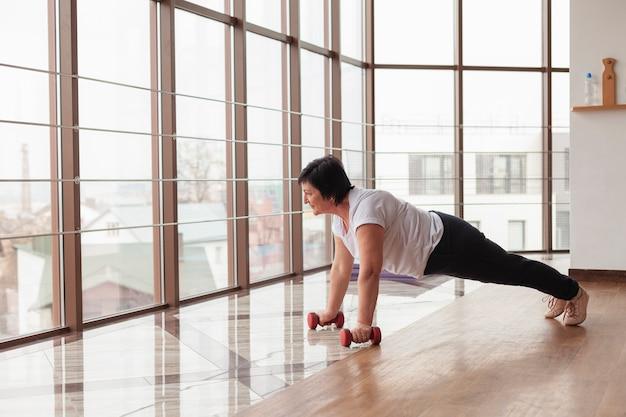 Senior vrouw training met gewichten