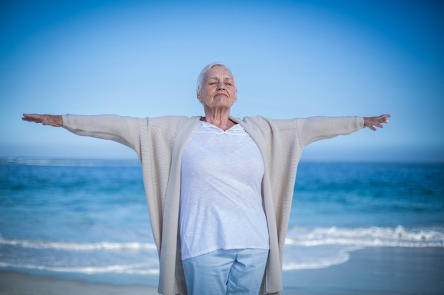 Senior vrouw uitgestrekte armen