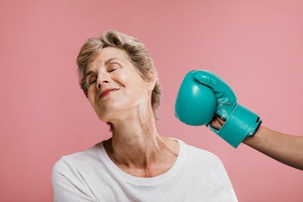 Senior vrouw wordt in haar gezicht geslagen