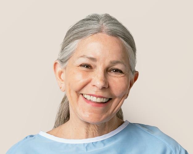Senior vrouw ziekenhuispatiënt, genezen van covid-19