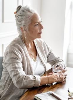 Senior vrouwelijke ceo tijdens een vergadering