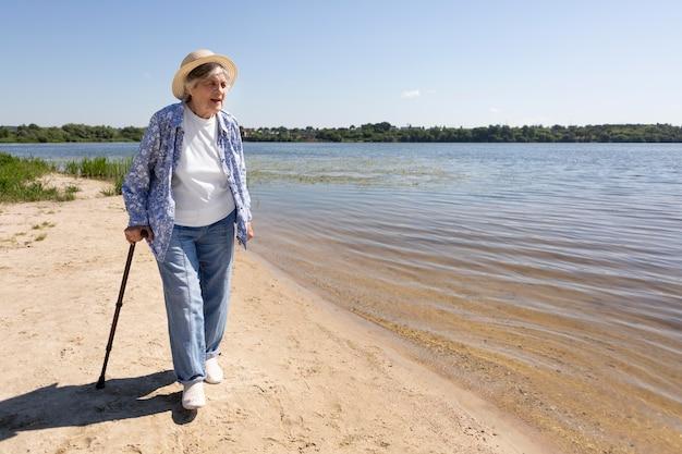 Senior vrouwelijke reiziger in de zomer