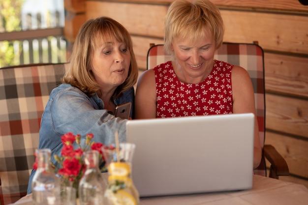 Senior vrouwen bespreken van een nieuw gezamenlijk project terwijl ze freelance thuis werken