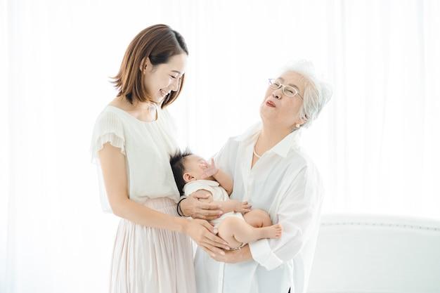 Senior vrouwen die baby's knuffelen en vrouwen die over waken