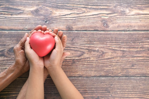 Senior vrouwen en kind met rood hart close-up
