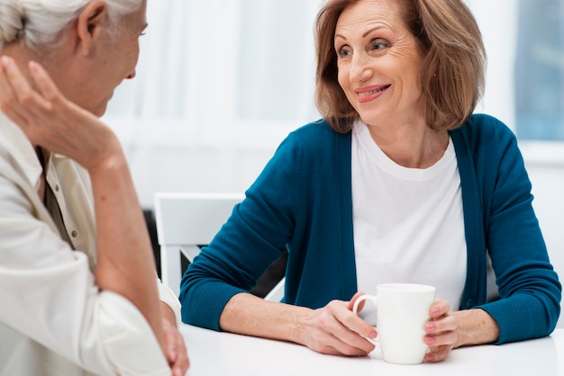 Senior vrouwen kijken naar elkaar