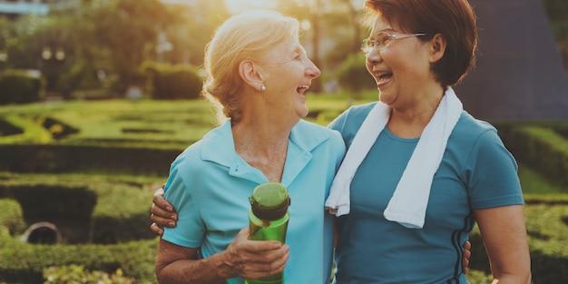 Senior vrouwen oefenen samen vriendschap uit
