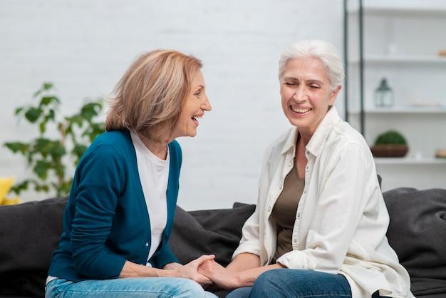 Senior vrouwen samen lachen