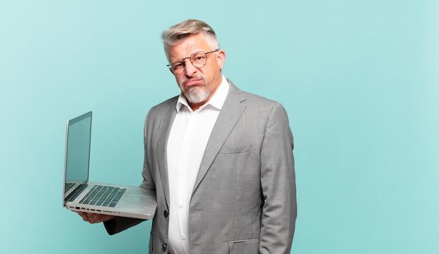 Senior zakenman die zich verbaasd en verward voelt, met een stomme, verbijsterde uitdrukking die naar iets onverwachts kijkt
